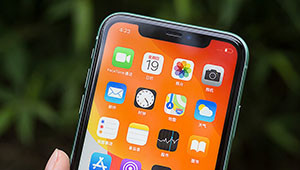 "【iPhone11s】日前��外�W友曝光了疑似iPhone11s的渲染�D,�D中iPhone11s的四�z�O�便是""四筒""造型,四�w�z像�^略微凸起于�C身,但不像iPhone11 Pro一�佑幸���为�的�A角矩形�^域,此外,�W光�粑挥谒念w�z像�^的中�g。"